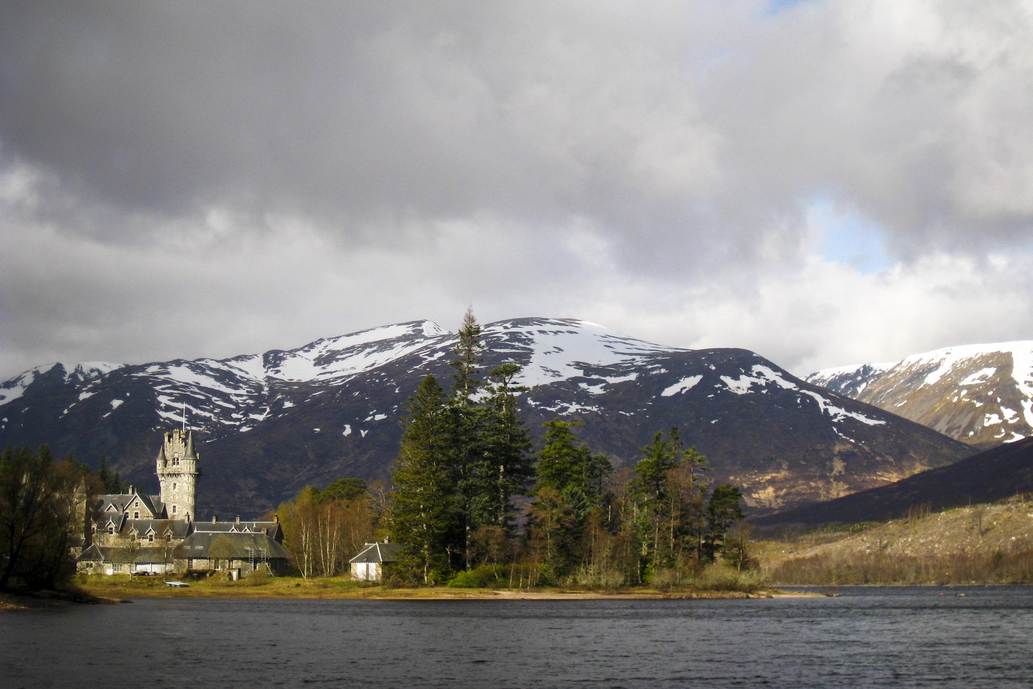 Blick auf Loch Laggan mit angebauten Castle