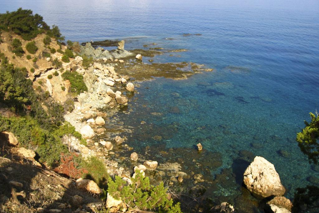 glasklarer Meerblick auf der Lakamas-Halbinsel
