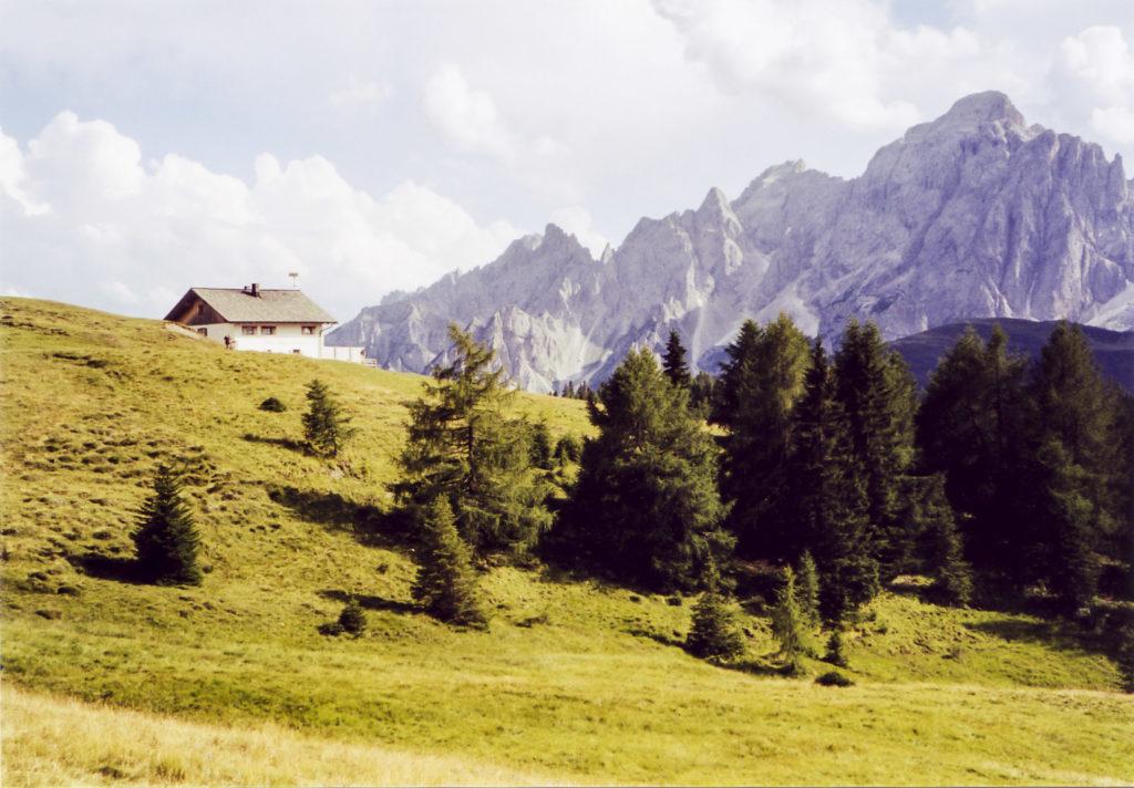 die Nemeshütte mit Dolomitenblick