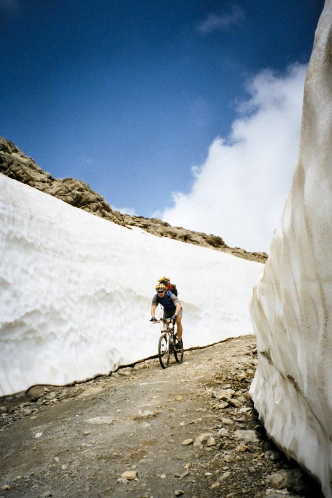 schneebedeckte Abfahrt zum Observatorium