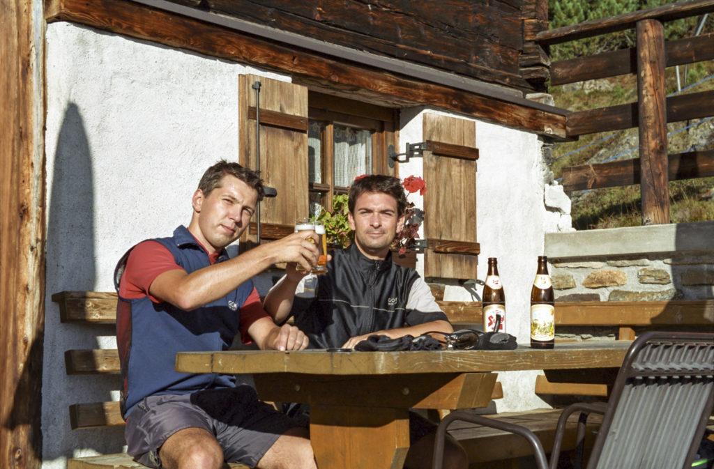 gemütliches Bierchentrinken auf der Brunnenbergalm