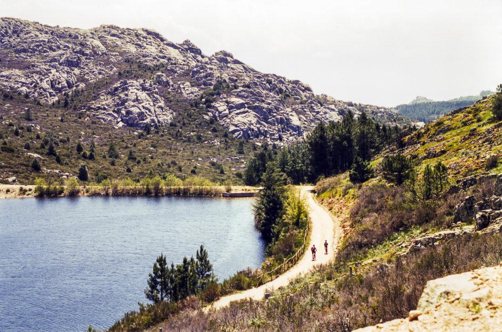 ein Stausee in karger Landschaft