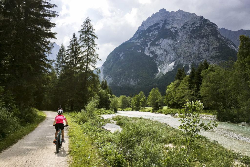 an der Isar entlang Richtung Mittenwald