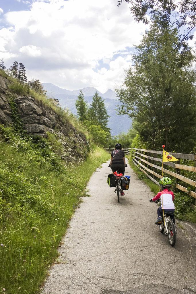 auf dem Talradweg hinaus aus Landeck Richtung Ried