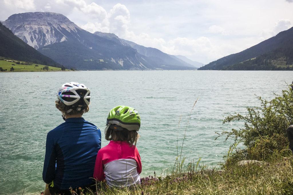 kleine Pause auf der Familien-Transalp am Reschensee