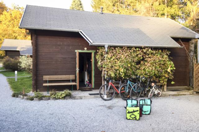 Hütte und Material an der Luchsenburg