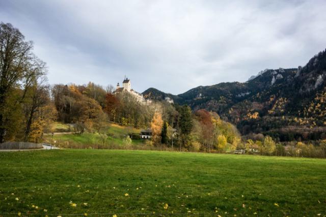 Die örtliche Burg / Schloss mit herbstlciher Umrandung.
