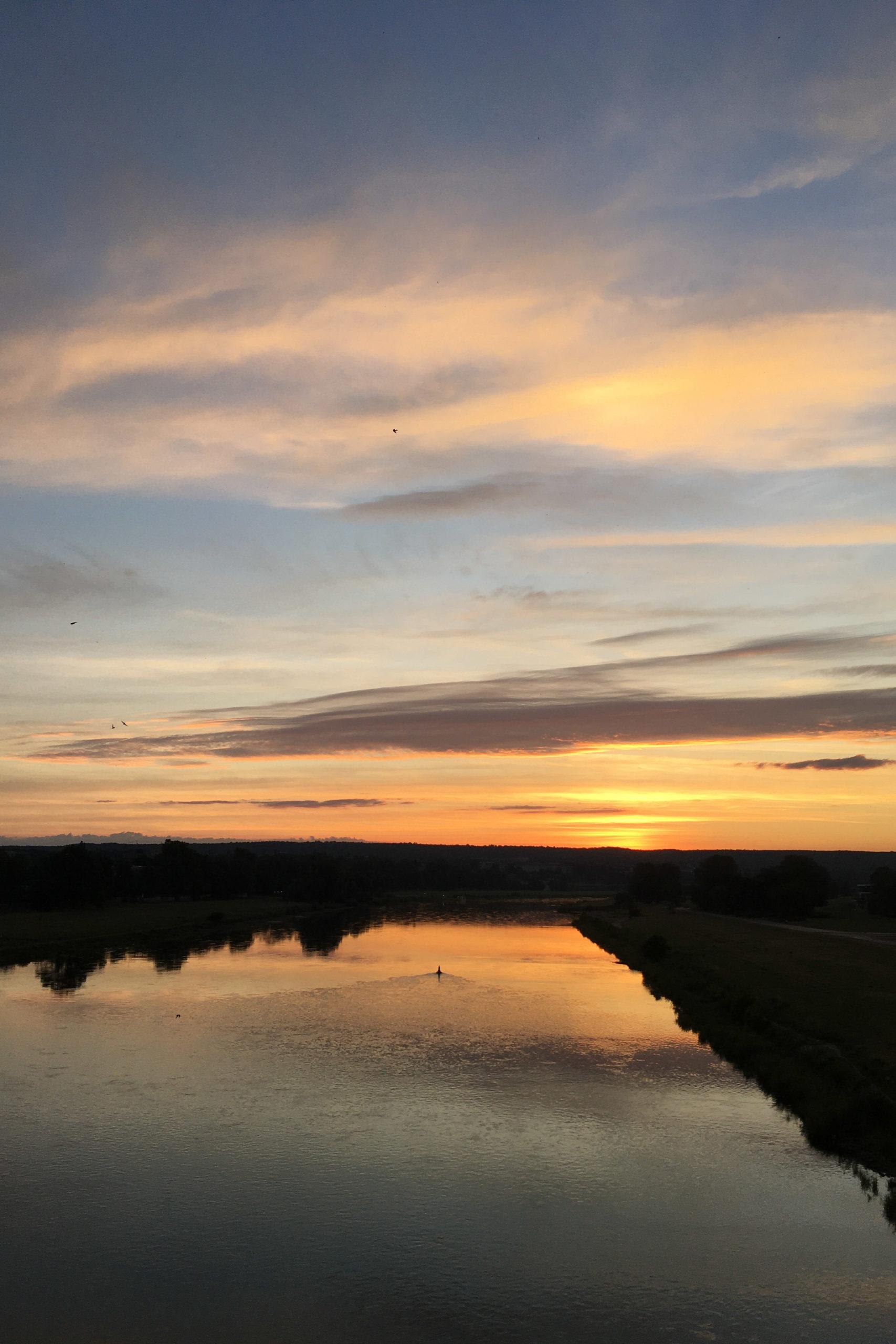 Start mit Sonnenaufgang an der Elbe