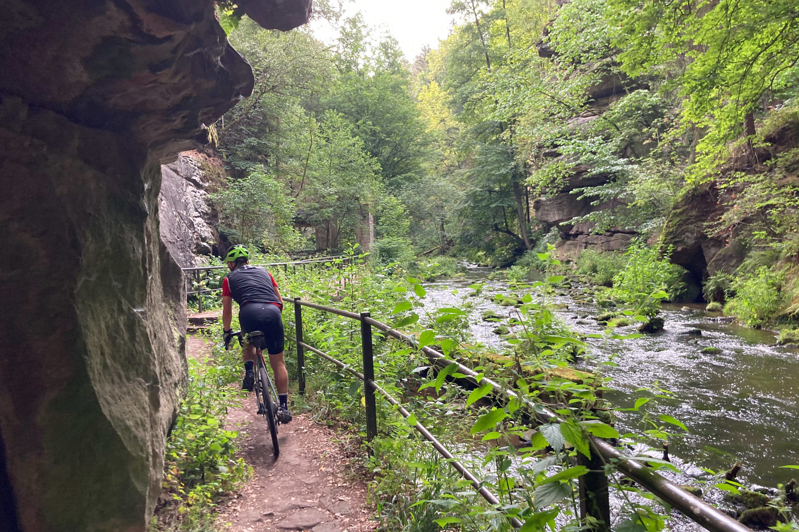 Im wunderschönen Liebethal schlängelt sich der Fluss durch Feldgebilde