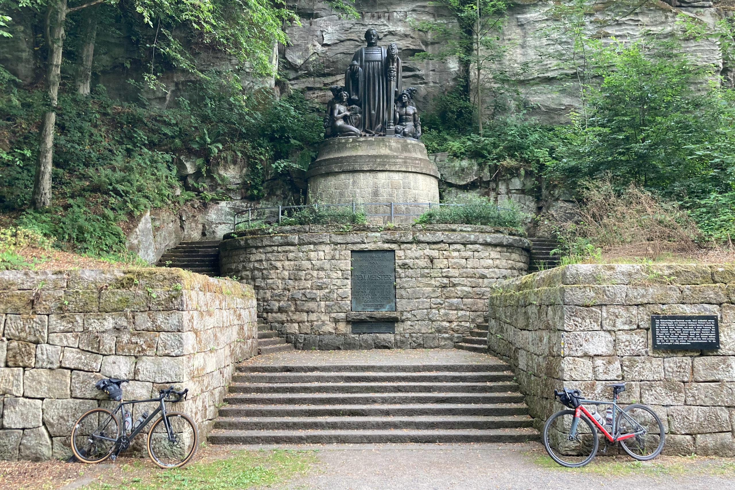 am Wagner-Denkmal hören wir bei 'ner Stulle Lohengrin