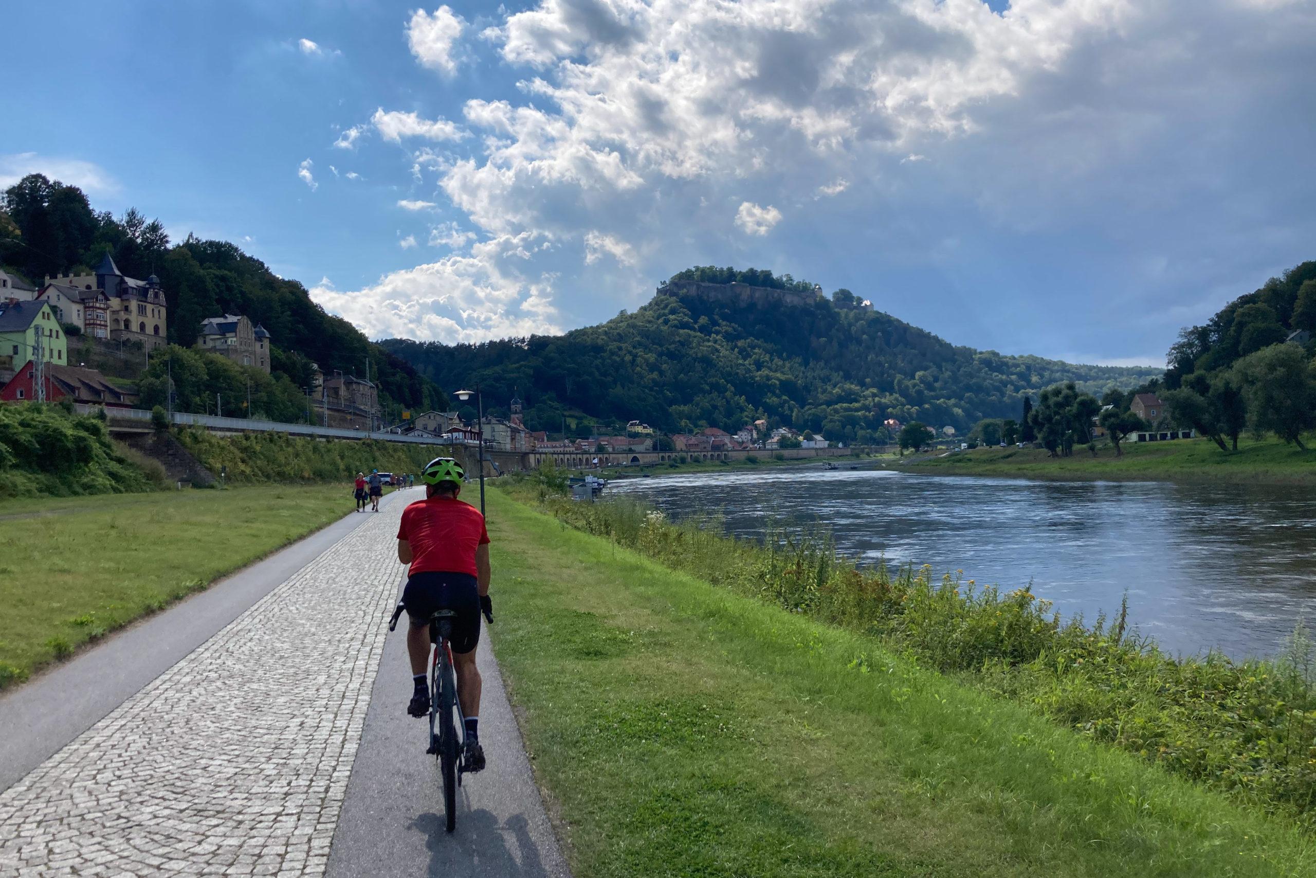 An der Elbe geht es hinüber nach Königsstein.