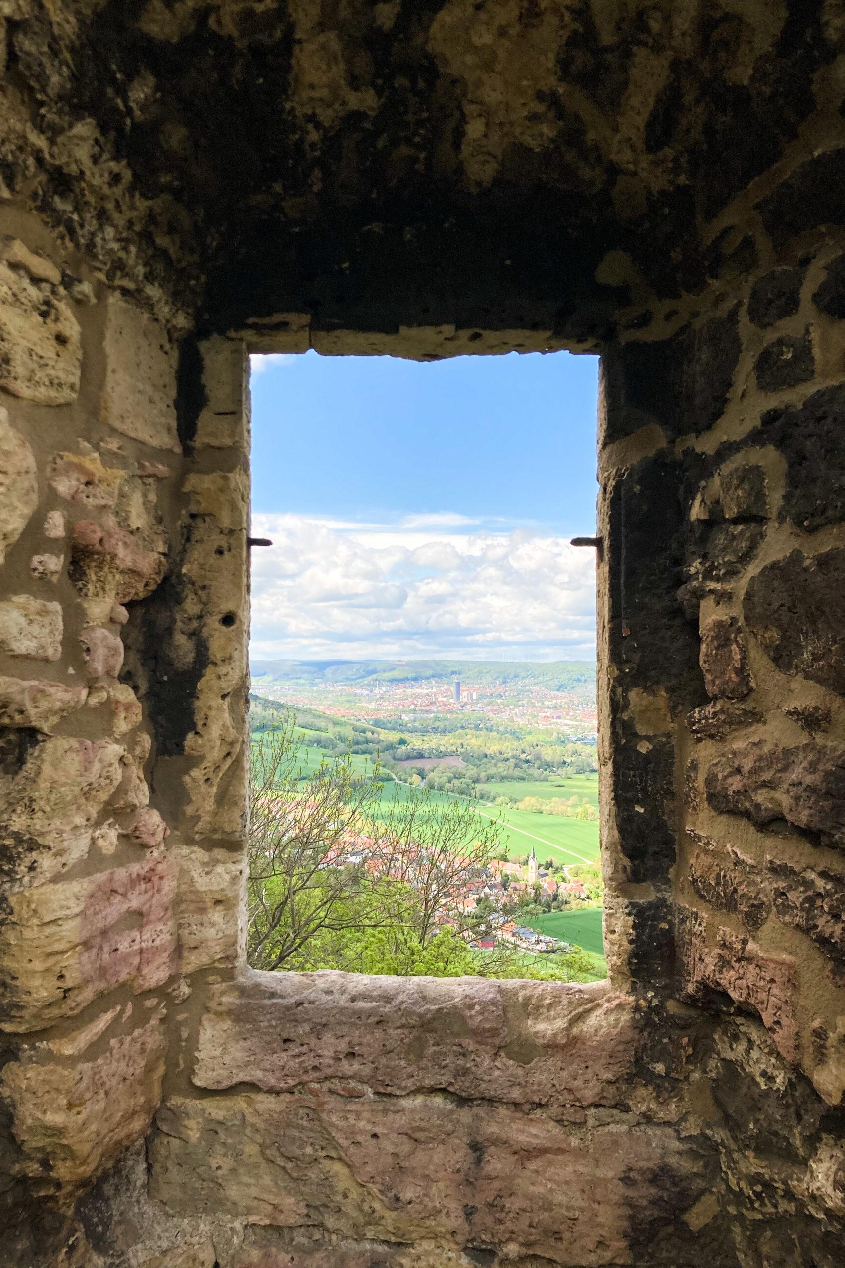 Blick durch die Ruinenreste nach Jena